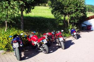 Gli amici motociclisti si prendono una pausa