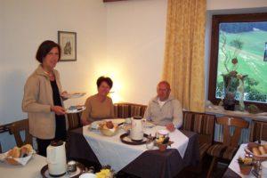 Ospiti seduti sul tavolo con la colazione