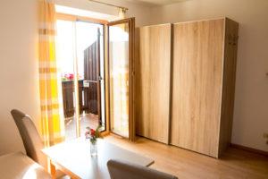 Stanza moderna con tanta luce che entra dal balcone