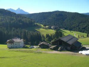 Vista panoramica con prati, boschi e montagne