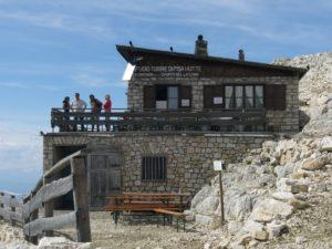 Bewirtschaftete Alpinhütte aus Steinmauern