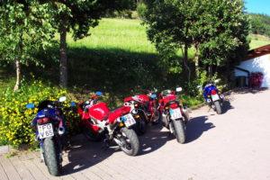 Motorradfreunde machen Pause