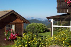 Gartenhäuschen in blühendem Umfeld mit Panoramablick