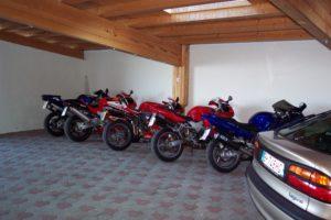 Überdachter Parkplatz mit mehreren Motorrädern