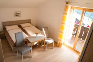 Helles Zweibettzimmer mit Balkon