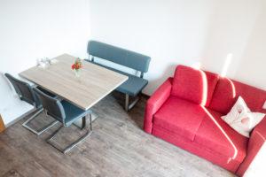 Wohnraum mit Sofa und modernem Esstisch