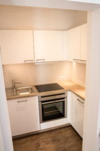 Küche mit Backofen und ausreichend Stauraum