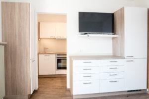 TV mit Satanschluss in der Wohnküche