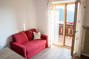 Sofa vor Balkon mit Berblick