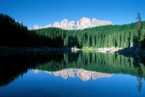 Berggruppe Rosengarten im hellblauem Bergsee gespiegelt