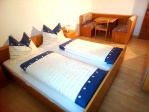 Doppelbett Zimmer mit Tisch